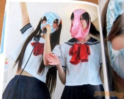 Cô gái khoe ảnh đội chiếc quần lót trong bộ đồng phục nữ sinh