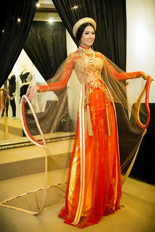 Lớp áo trong vẫn giữ nguyên một số chi tiết truyền thống của áo dài, họa tiết màu vàng trên thân áo là hình ảnh của vảy rồng – linh vật quyền lực hiện thân cho vua chúa ngày xưa.   Chất liệu của chiếc áo này được đặt hàng riêng tại Ấn Độ và dệt bằng một loại sợi đặc biệt có bọc chỉ vàng. - Tin sao Viet - Tin tuc sao Viet - Scandal sao Viet - Tin tuc cua Sao - Tin cua Sao