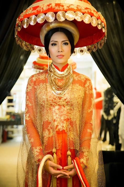 Nét đặc biệt trong bộ trang phục này phải kể đến chiếc nón quai thao của phụ nữ Kinh Bắc cổ xưa được kết hợp 3 tầng, mỗi tầng là 1 họa tiết khác nhau. - Tin sao Viet - Tin tuc sao Viet - Scandal sao Viet - Tin tuc cua Sao - Tin cua Sao