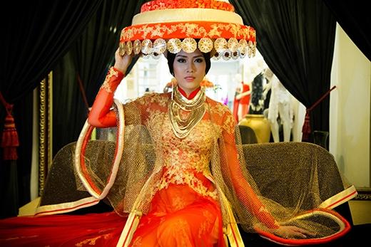 Các phụ kiện đi kèm theo được thiết kế riêng để đi kèm và được mạ vàng để phù hợp với tổng thể trang phục. - Tin sao Viet - Tin tuc sao Viet - Scandal sao Viet - Tin tuc cua Sao - Tin cua Sao