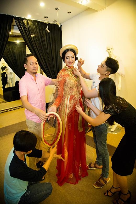Nhà thiết kế Võ Việt Chung khẳng định chiếc áo dài ren đen không phải trang phục truyền thống mà Nguyễn Thị Loan mang đi dự thi Miss World - Tin sao Viet - Tin tuc sao Viet - Scandal sao Viet - Tin tuc cua Sao - Tin cua Sao