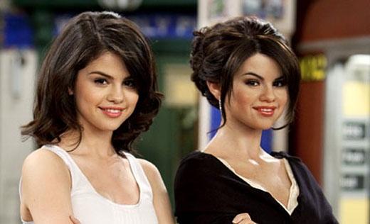 Selena ngay lập tức tạo dáng y như bản sao