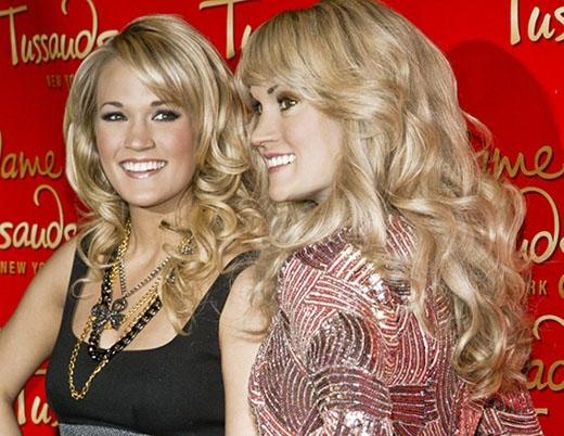 Carrie Underwood rạng rỡ bên cạnh tượng sáp của mình