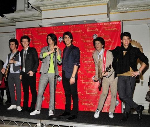 Bạn có nhận ra đâu là Jonas Brothers thật không ?