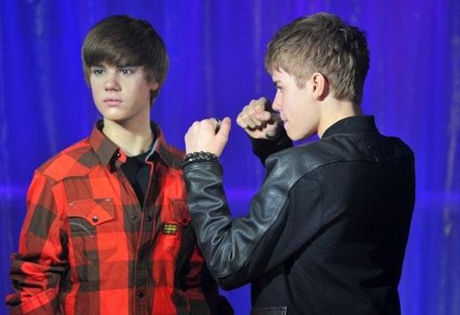 Anh chàng Justin Bieber hung hăng với ngay cả tượng sáp của mình