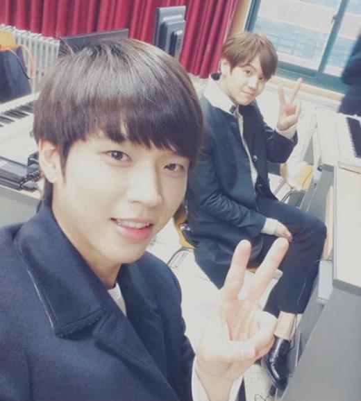 Woohyun hào hứng khi được chụp hình cùng bạn học Yoseob (Beast)