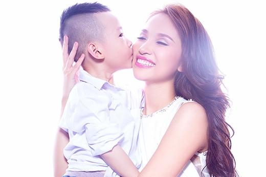 Bé là người sống rất tình cảm và thường thích thể hiện tình yêu với mẹ Vân. - Tin sao Viet - Tin tuc sao Viet - Scandal sao Viet - Tin tuc cua Sao - Tin cua Sao