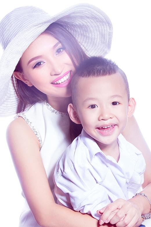 Bên cạnh vai trò MC và diễn viên, sắp tới Vân Hugo sẽ thể hiện khả năng ca hát khi ra mắt MV 'Single Mom'. Ca khúc 'Single Mom' do Đức Anh Hugo sáng tác.  - Tin sao Viet - Tin tuc sao Viet - Scandal sao Viet - Tin tuc cua Sao - Tin cua Sao