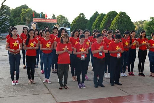 Kết thúc ngày hoạt động ý nghĩa, 38 thí sinh và ban tổ chức cuộc thi đã tới thăm Trại giam Tù binh Chiến tranh Phú Quốc. - Tin sao Viet - Tin tuc sao Viet - Scandal sao Viet - Tin tuc cua Sao - Tin cua Sao