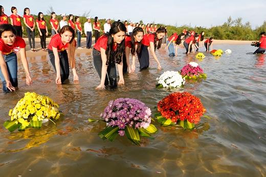 Sau đó, 38 thí sinh và các chiến sĩ Hải quân đã cùng thực hiện nghi lễ thả hoa trên biển để tưởng niệm các chiến sĩ và đồng bào hi sinh và tử nạn trên biển và cũng là lời tri ân đối với công lao to lớn của những người anh hùng nơi đầu sóng, ngọn gió. - Tin sao Viet - Tin tuc sao Viet - Scandal sao Viet - Tin tuc cua Sao - Tin cua Sao