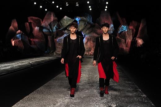 Cặp song sinh từng đoạt giải vàng Siêu mẫu Malaysia, có tên giống nhau là Yen Yoong Cheng được mời sang Việt Nam catwalk