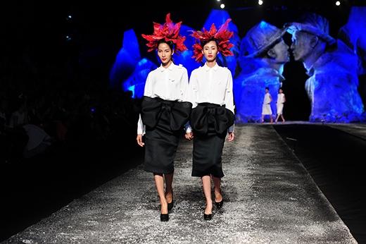 Hoàng Thùy (trái) và một người mẫu có gương mặt, vóc dáng giống cô