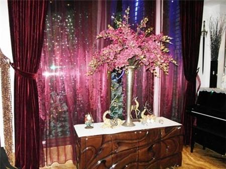Bình hoa Lan được phối màu 'ăn nhịp' với những tấm rèm tím - Tin sao Viet - Tin tuc sao Viet - Scandal sao Viet - Tin tuc cua Sao - Tin cua Sao