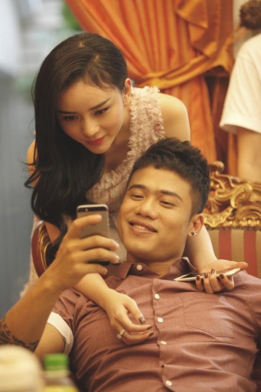 Những hình ảnh thân mật giữaMinh ChâuvàNgọc Minhở phía sau hậu trường, hay chính trong MV đã khiến dư luận không khỏi bàn tán về mức độ tình cảm của cặp đôi trai tài, gài sắc lần này.