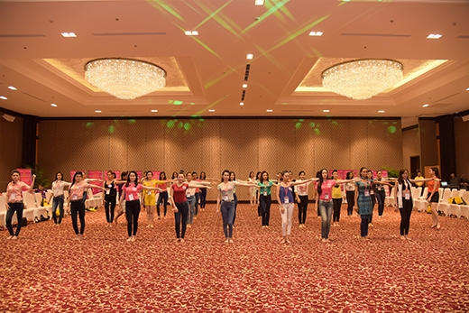 38 thí sinh Hoa hậu Việt Nam bắt đầu buổi luyện tập catwalk đầu tiên