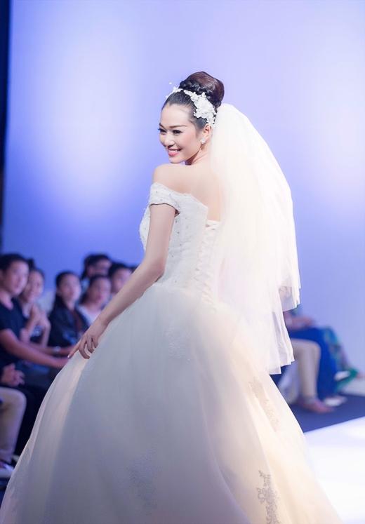 Khánh My rạng rỡ trong bộ váy cưới trắng tinh