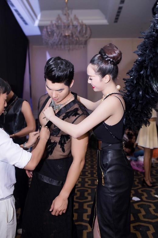 Vừa xong phần trình diễn của mình, cô đã vội vàng chạy đến giúp anh bạn Trương Nam Thành hoàn thiện bộ trang phục vì nó khá rườm rà.