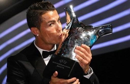 Ronaldo ăn mừng giải thưởng Cầu thủ xuất sắc nhất châu Âu mùa giải 2013/14.
