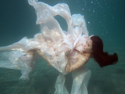 Với bộ đầm bằng lụa mỏng manh nữ tính,Bích Phươnghóa thân thành một nàng tiên cá xinh đẹp, thỏa sức bay bổng dưới làn nước trong biếc - Tin sao Viet - Tin tuc sao Viet - Scandal sao Viet - Tin tuc cua Sao - Tin cua Sao