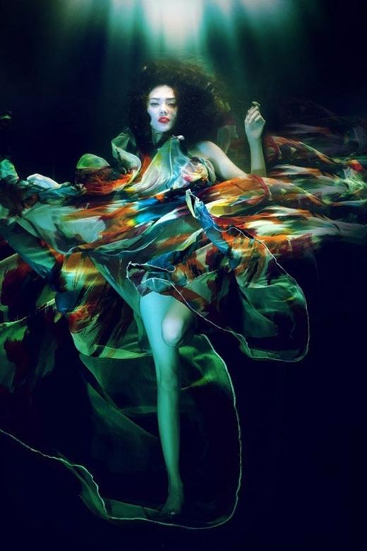 Là một trong những người mẫu hàng đầu, Võ Hoàng Yến đã cuốn hút người xem bằng trước những hình ảnh lung linh và không kém phần quyến rũ khi chụp ảnh dưới nước. - Tin sao Viet - Tin tuc sao Viet - Scandal sao Viet - Tin tuc cua Sao - Tin cua Sao
