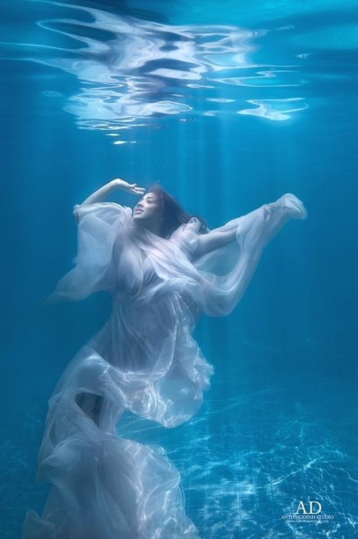 Bộ ảnh mới nhất được Lan Trinh thực hiện dưới hồ bơi. Cô nàng như trở thành nàng công chúa xinh đẹp của đại dương. - Tin sao Viet - Tin tuc sao Viet - Scandal sao Viet - Tin tuc cua Sao - Tin cua Sao