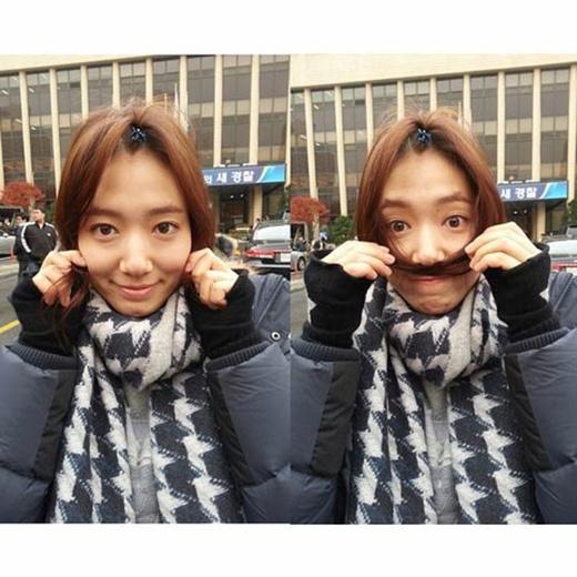 Sáng sớm thức dậy bằng một tâm trạng cực kỳ tốt, Park Shin Hye đã khoe hình lên trang cá nhân và viết rằng: 'Choi In Ha trong Pinocchio trông giống SuperMario. 10h tối nay nhé mọi người'.