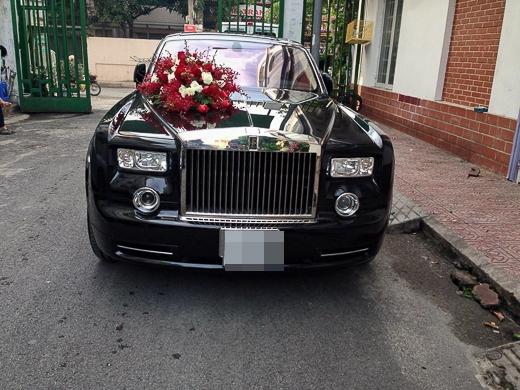 Vào lúc 9h, Lam Trường đã cùng đoàn nhà trai lên đường tới nhà cô dâu. Được biết chiếc Rolls-royce trị giá 33 tỷ. - Tin sao Viet - Tin tuc sao Viet - Scandal sao Viet - Tin tuc cua Sao - Tin cua Sao