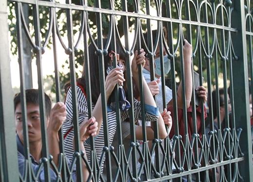CĐV đứng ngoài hàng rào theo dõi đội tuyển Việt Nam tập luyện.