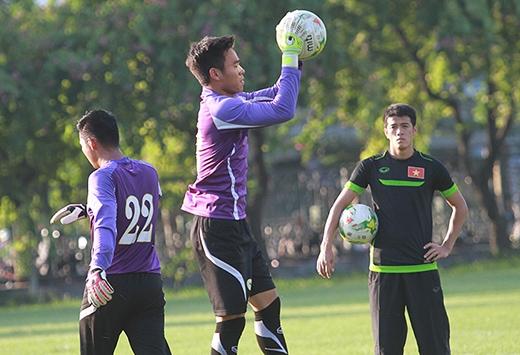 Nguyên Mạnh bị thương ở mũi trong trận gặp Lào, và phải ra sân ngay đầu hiệp hai. Tuy nhiên, thủ thành này đã kịp bình phục để góp mặt trong trận đấu với Philippines chiều mai (28/11).