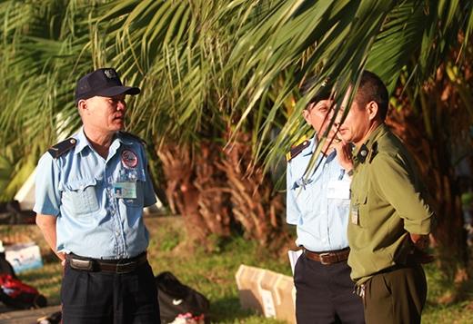 Nhân viên an ninh bảo vệ buổi tập của các tuyển thủ Việt Nam. Các phóng viên chỉ được tác nghiệp trong 15 phút đầu.
