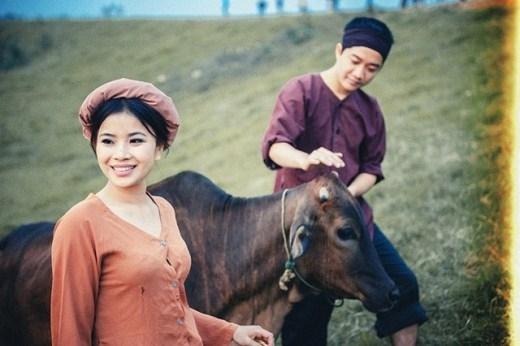 Bộ ảnh cưới lấy ý tưởng độc đáo từ hình ảnh miền quê Bắc Bộ xưa được chia sẻ lên Facebook của thành viên có nickname Hải Trẻ - một nhiếp ảnh gia Hà Nội mới đây, thu hút sự chú ý của đông đảo bạn trẻ.