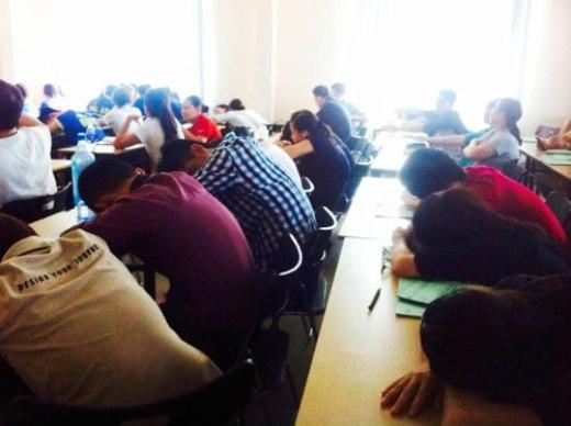 Nhiều SV ngủ gật trên giảng đường - Ảnh: Thanh Nam