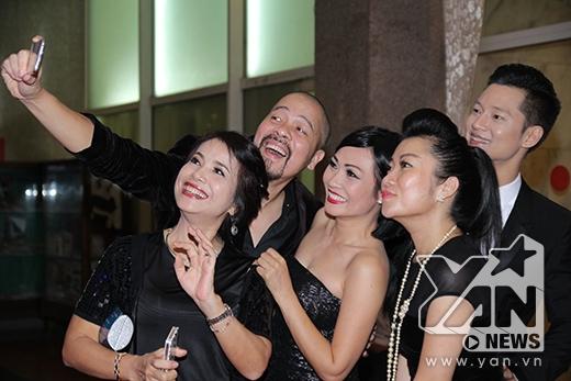 Các nghệ sĩ nhí nhảnh chụp hình cùng nhau - Tin sao Viet - Tin tuc sao Viet - Scandal sao Viet - Tin tuc cua Sao - Tin cua Sao