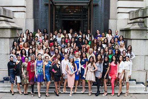 Trước đó, các người đẹp Hoa hậu Thế giới đã có buổi chụp hình ngoại cảnh