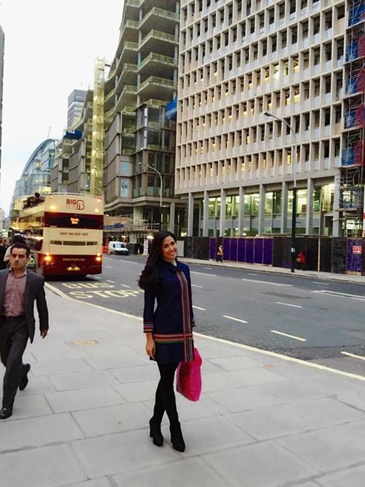 Nguyễn Thị Loan mặc đồ giản dị đi tham quan London