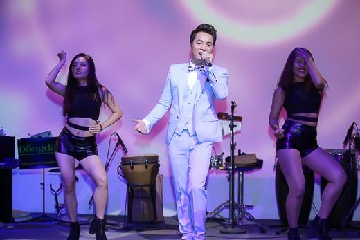 Trong đêm nhạc, Đăng Khôi đã hát lại ca khúc Yes I do của nhạc sĩ Dương Khắc Linh để tặng vợ mình. - Tin sao Viet - Tin tuc sao Viet - Scandal sao Viet - Tin tuc cua Sao - Tin cua Sao