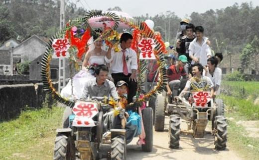 Để việc đón dâu trở nên long trọng, chú rể đã huy động 12 chiếc xe công nông của các hàng xóm trong làng. Riêng chiếc 'xe hoa' được trang trí rất cầu kỳ và cẩn thận bằng bong bóng, lá dừa và một số đồ vật khác không kém phần lộng lẫy. Cách rước dâu kỳ lạ này lần đầu tiên xuất hiện trong vùng nên thu hút rất nhiều bạn trẻ và bà con lối xóm đến xem khiến đám cưới trở nên rất vui nhộn.