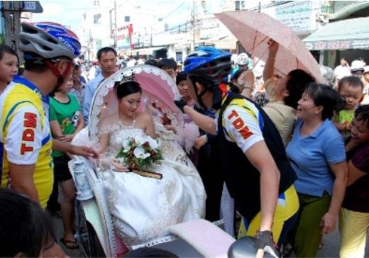"""Điều anh Nam và chị Vân ngỡ ngàng nhất là lại có đông người dân trên đoạn đường họ đi qua đổ ra xem màn rước dâu bằng xe đạp của mình đến thế. """"Đúng như một ngày hội vậy, mọi người đứng hai bên đường vỗ tay, cùng hát chúc mừng hạnh phúc của chúng mình. Đó là điều chúng mình bất ngờ nhất"""", anh Nam chia sẻ."""