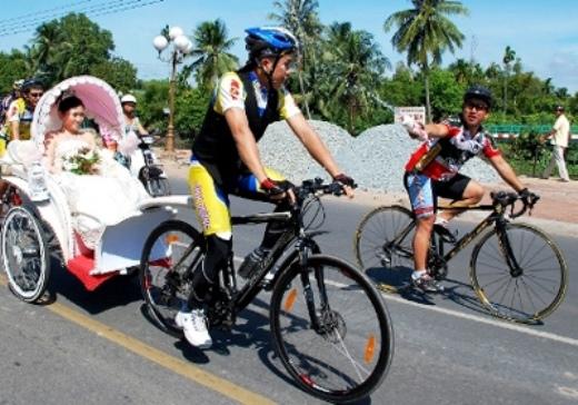 """Chú rể Hoàng Nam và cô dâu Ái Vân cho rằng rước dâu bằng xe đạp không chỉ cực kỳ lãng mạn, thú vị mà còn thể hiện tinh thần thể thao và phong trào… vì môi trường. Sau đám cưới đầy kỷ nhiệm này, nhiều thành viên trẻ tuổi trong các câu lạc bộ xe đạp cũng hào hứng với ý định """"Sau này cưới nhất quyết rước dâu bằng xe đạp""""."""