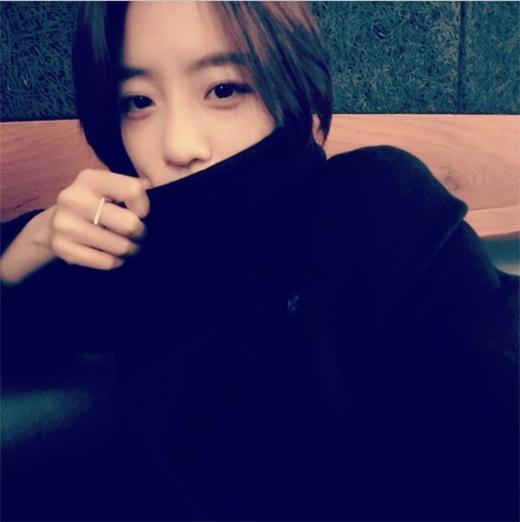 Eunjung vẫn chịu khó tạo dáng tự sướng giữa trời lạnh