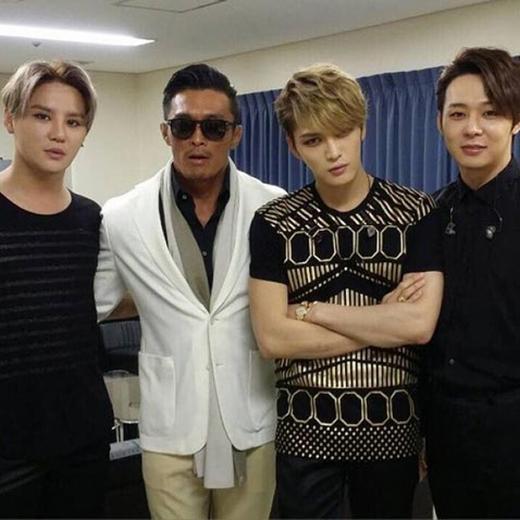 Junsu khoe hình JYJ được chụp hình chung với Chu Sung Hoon với tâm trạng: 'Mới đây đã mấy tuần rồi, thời gian trôi qua thật nhanh'.