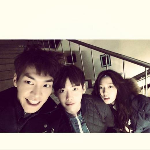 Kim Young Kwang tiếp tục khoe không khí làm việc vui nhộn bên cạnh Lee Jong Suk và Park Shin Hye: 'Bumjo, Dalpo và Inha nè. Kiểu tóc ngộ nghĩnh há. Tôi là giống người điên nhất'.