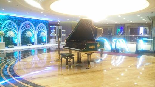 Không gian tiệc cưới của Lam Trường và vợ trẻ vừa rộng vừa sang trọng. Ngay từ sảnh ra vào, anh Hai bố trí đặt một cây đàn piano đắt đỏ. Theo một nhân viên của tòa nhà, cây piano này có giá 20 tỷ. - Tin sao Viet - Tin tuc sao Viet - Scandal sao Viet - Tin tuc cua Sao - Tin cua Sao