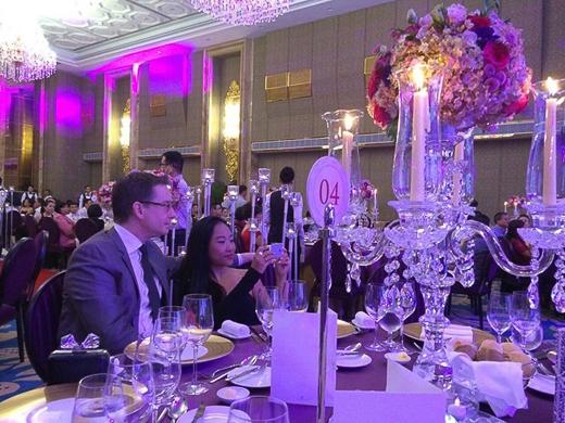 Vợ chồng Đoan Trang cũng trốn con gái đi dự tiệc cưới của đồng nghiệp. Cặp đôi còn dùng điện thoại để chụp hình lưu niệm trong hôn lễ. - Tin sao Viet - Tin tuc sao Viet - Scandal sao Viet - Tin tuc cua Sao - Tin cua Sao