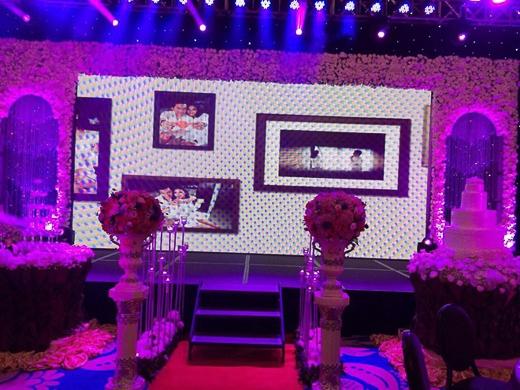 Sân khấu được trang hoàng lộng lẫy với nến và hoa hồng lãng mạn, lung linh. - Tin sao Viet - Tin tuc sao Viet - Scandal sao Viet - Tin tuc cua Sao - Tin cua Sao