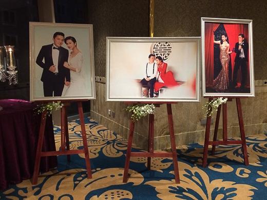 Những tấm hình cưới của Lam Trường và Yến Phương chụp trong studio được đóng khung, treo trên giá gỗ ở khắp mọi góc của khán phòng. - Tin sao Viet - Tin tuc sao Viet - Scandal sao Viet - Tin tuc cua Sao - Tin cua Sao