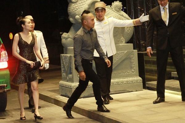 Vợ chồng Anh Tuấn - thành viên nhóm nhạc MTV cũng đến chúc phúc cho cặp đôi. Trong lễ xin dâu, nhóm MTV bê tráp lễ giúp Lam Trường. - Tin sao Viet - Tin tuc sao Viet - Scandal sao Viet - Tin tuc cua Sao - Tin cua Sao