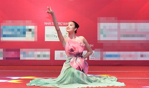 Phạm Hương và bài múa sen