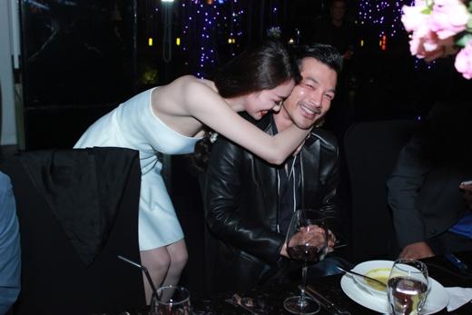 """Vì bị bạn bè trong buổi tiệc """"gây sức ép"""" nên Khánh My đã phải """"cưỡng hôn"""" Trần Bảo Sơn liên tiếp 2 lần"""