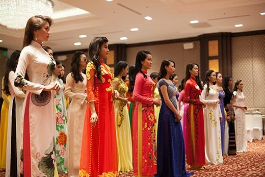 Các thí sinh được học kỹ năng trình diễn áo dài